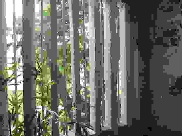 SHAMEEL RESIDENCE Modern balcony, veranda & terrace by Muraliarchitects Modern