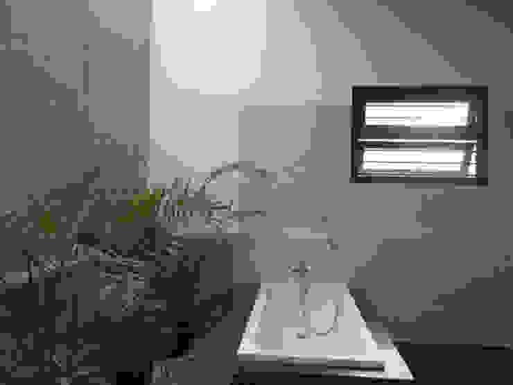 VIJAYA RESIDENTIAL APPARTMENTS Modern bathroom by Muraliarchitects Modern