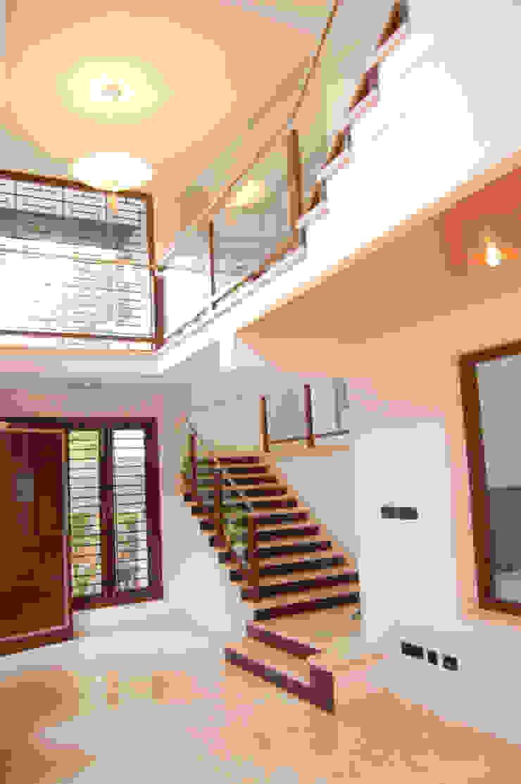 DR.HARIHARAN RESIDENCE Modern corridor, hallway & stairs by Muraliarchitects Modern