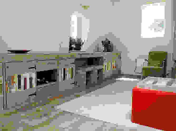 Steigerhouten TV-meubel:  Woonkamer door Sooph Interieurarchitectuur,