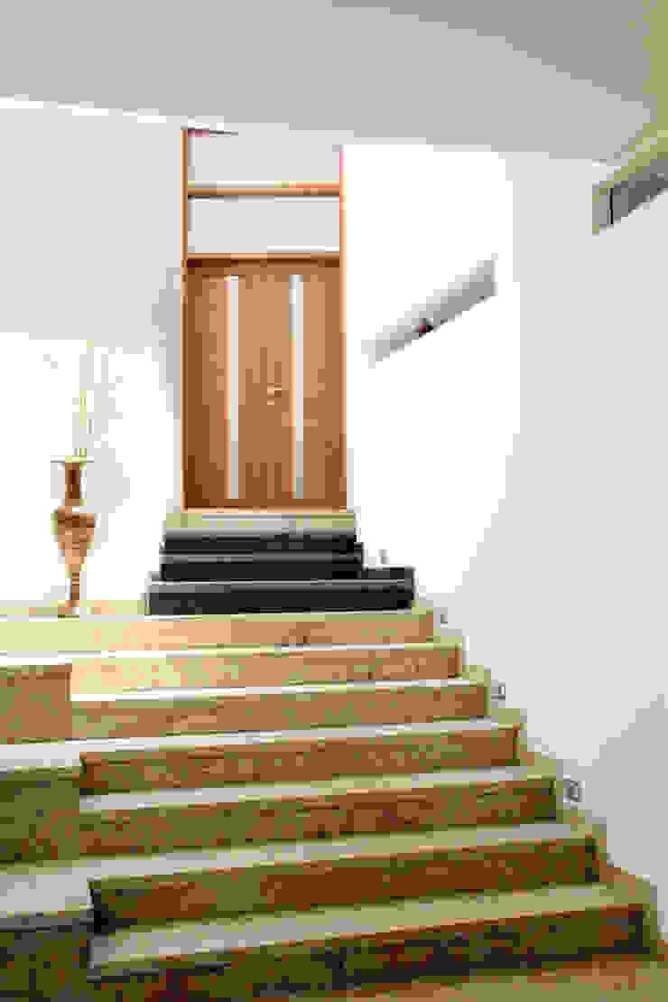 Pasillos, vestíbulos y escaleras modernos de Muraliarchitects Moderno