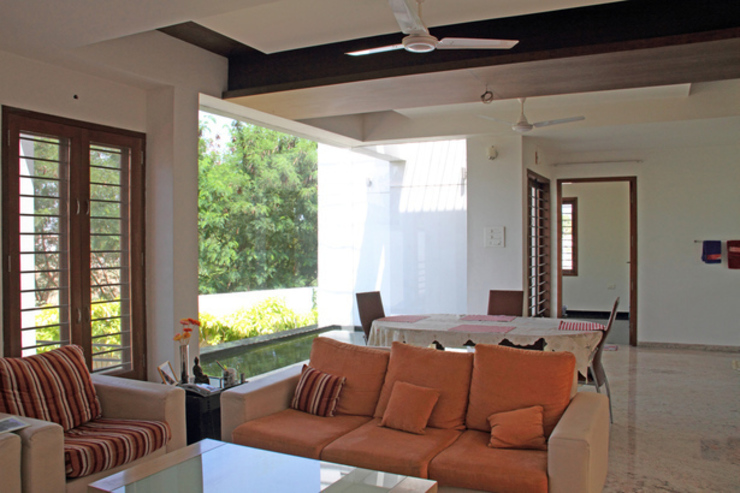 RESIDENCE FOR MRS. & MR. VASUKI RAJAGOPALAN Modern living room by Muraliarchitects Modern