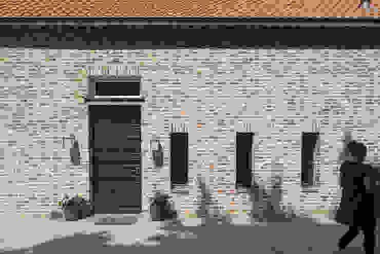 Hoeve Heisterhof Roermond: modern  door Architectenbureau beckers, Modern