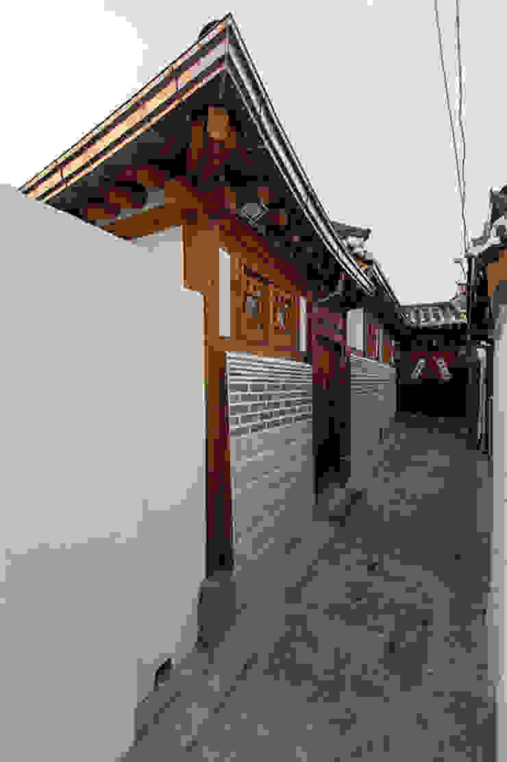 골목쪽 외관 클래식스타일 주택 by 라이프인스탈로 클래식