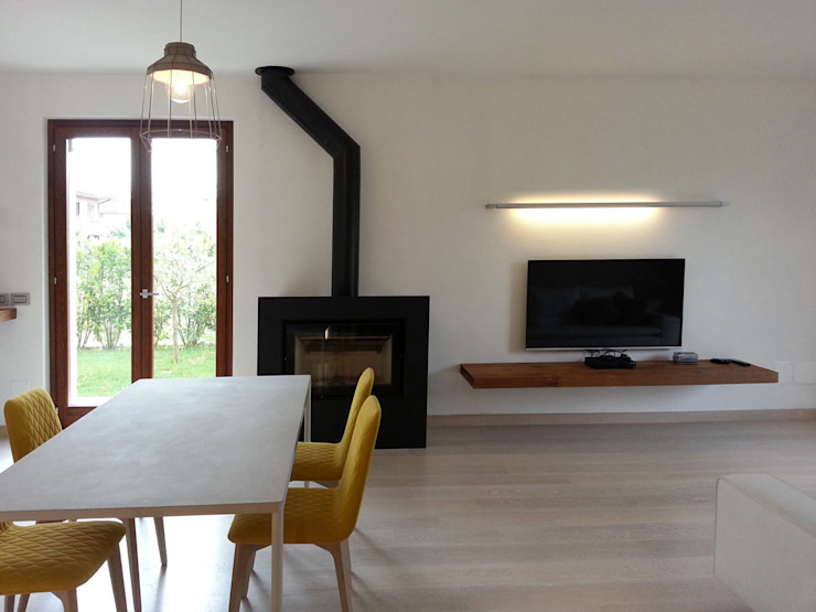 parete tv:  in stile industriale di Laura Canonico Architetto, Industrial