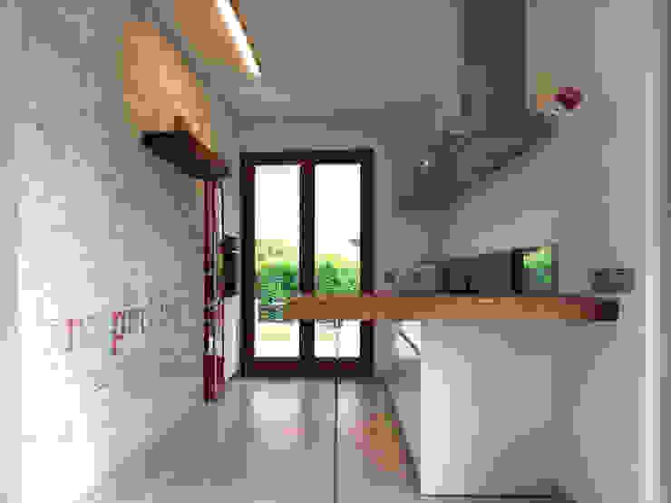 Cozinhas ecléticas por Laura Canonico Architetto Eclético