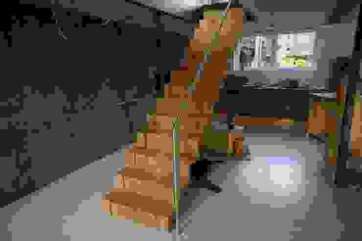 Stairway to..... Moderner Flur, Diele & Treppenhaus von Blindow möbel+raum Modern