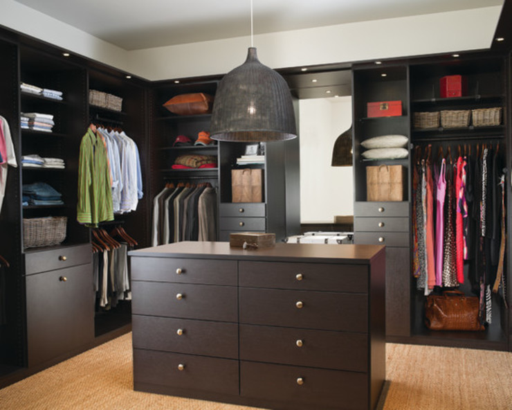 Walk in Wardrobe de homify Moderno