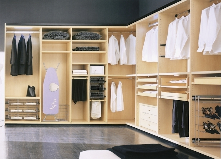 Walk in Wardrobe di homify Moderno