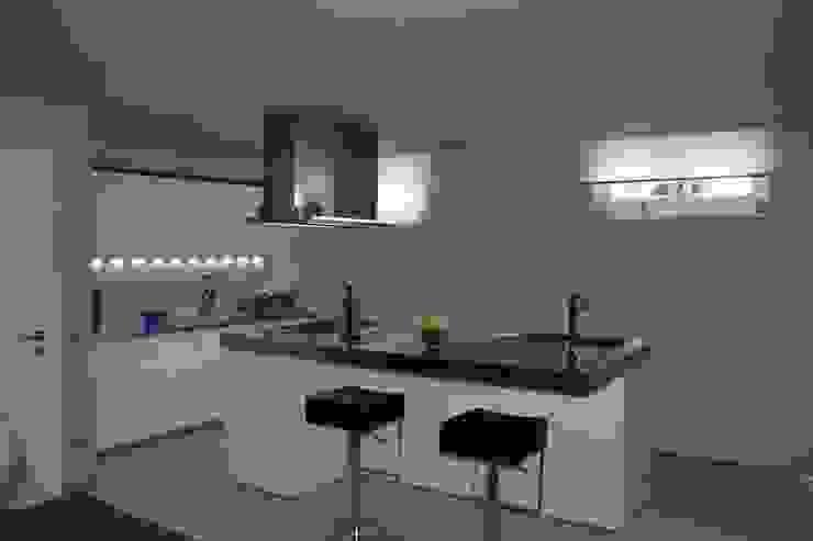 VILLA IN COLLINA Cucina moderna di MATTEONOFRINTERIORDESIGNER Moderno