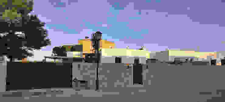 Vista desde la calle Casas de estilo mediterráneo de Chiarri arquitectura Mediterráneo