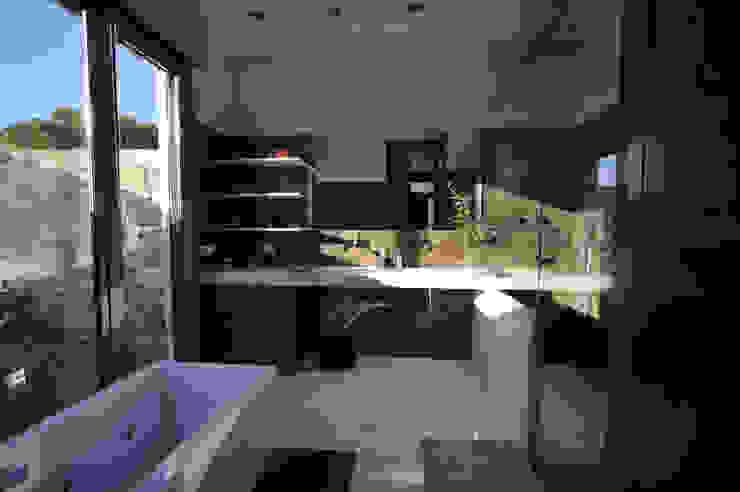 Bagno moderno di Chiarri arquitectura Moderno
