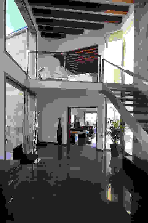 Modern Corridor, Hallway and Staircase by Chiarri arquitectura Modern