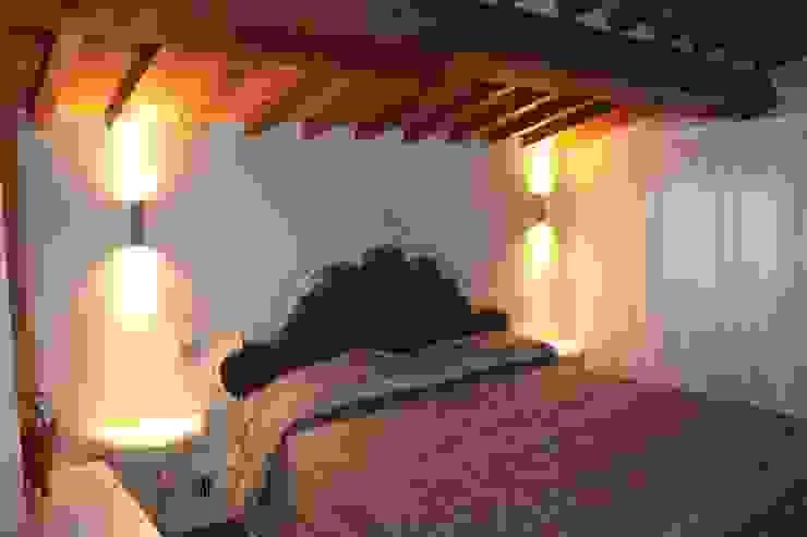 VILLA IN COLLINA Camera da letto moderna di MATTEONOFRINTERIORDESIGNER Moderno
