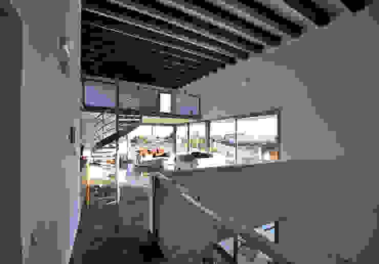 Sala de la planta alta Oficinas de estilo moderno de Chiarri arquitectura Moderno