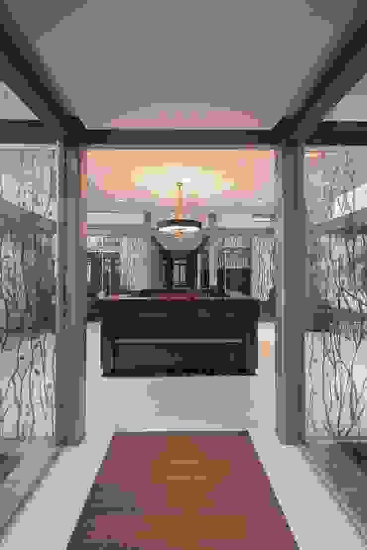 UNUO Interiorismo Eclectic style corridor, hallway & stairs