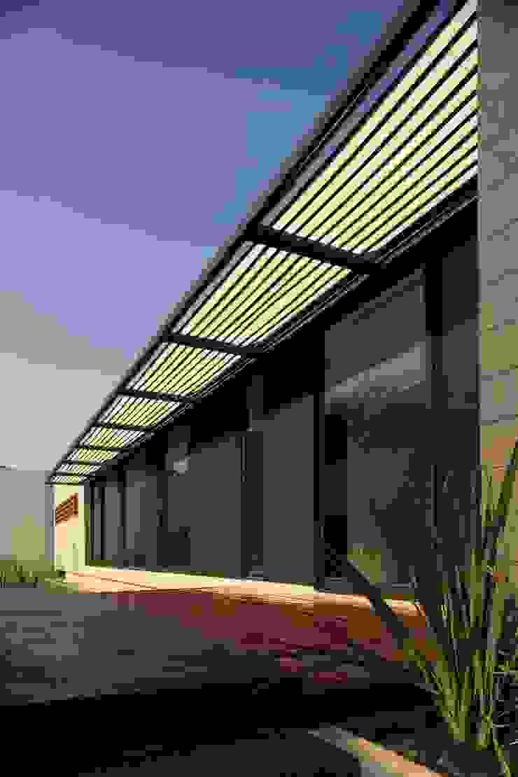 Casa CG Balcones y terrazas modernos de GLR Arquitectos Moderno