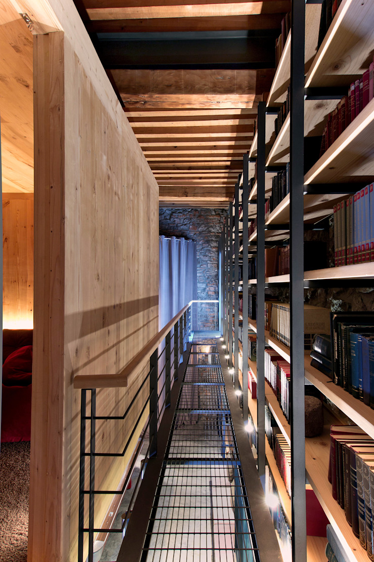 Sala de juegos - Librería y acceso a Sala de Cine Cavas eclécticas de Weber Arquitectos Ecléctico