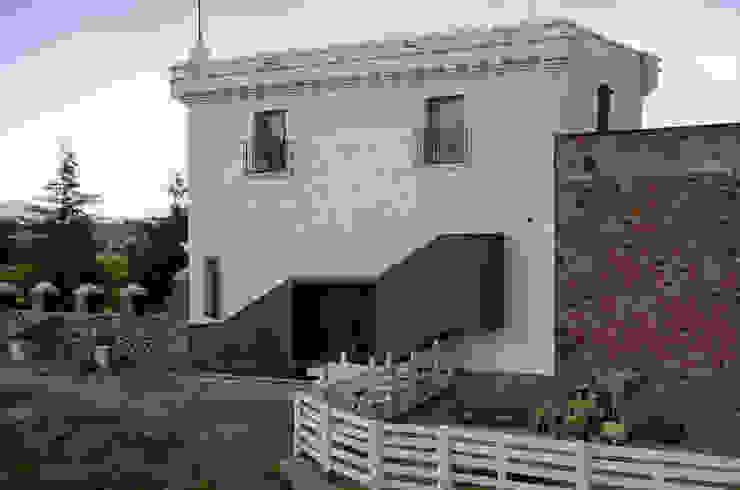 Fachada y acceso a Sala de Juegos Casas minimalistas de Weber Arquitectos Minimalista