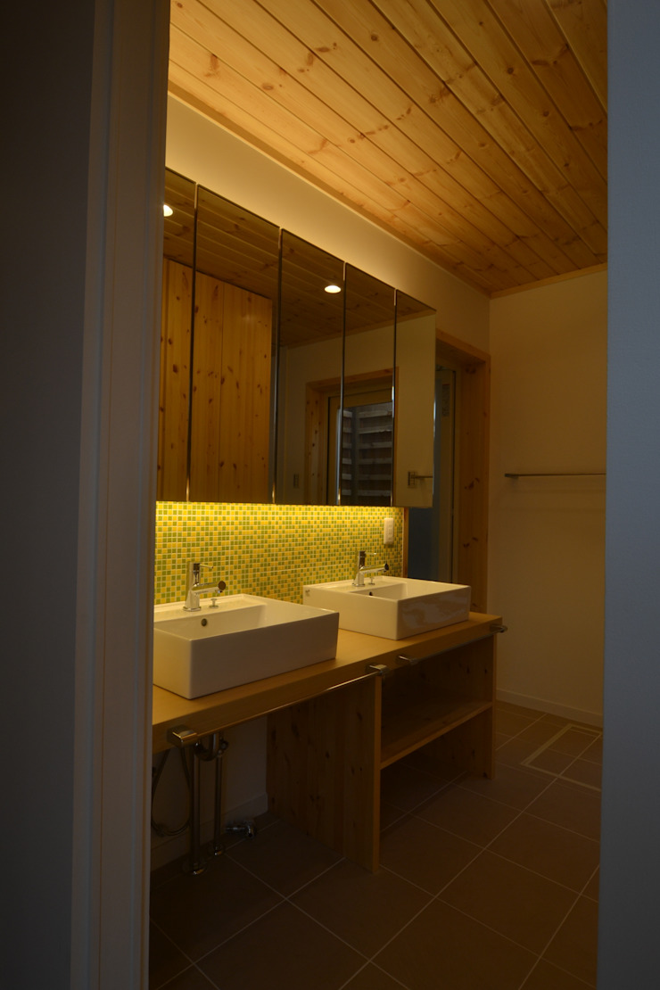 Eclectic style bathroom by 木の家株式会社 Eclectic