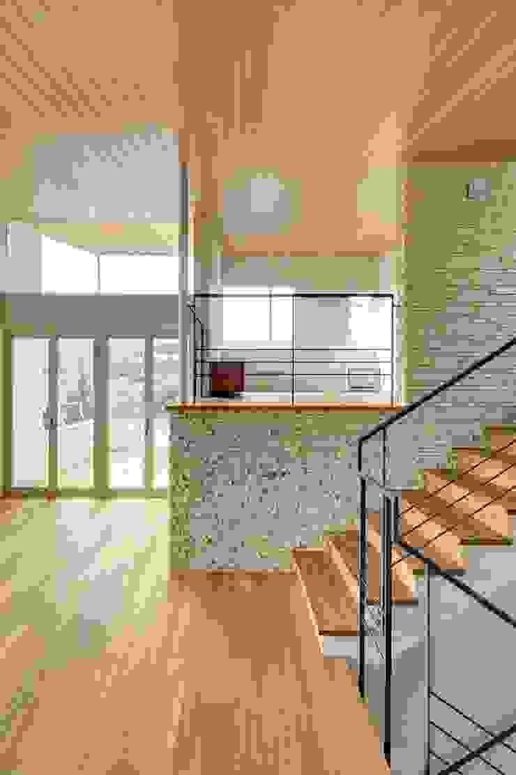 ห้องโถงทางเดินและบันไดสมัยใหม่ โดย 平林繁・環境建築研究所 โมเดิร์น