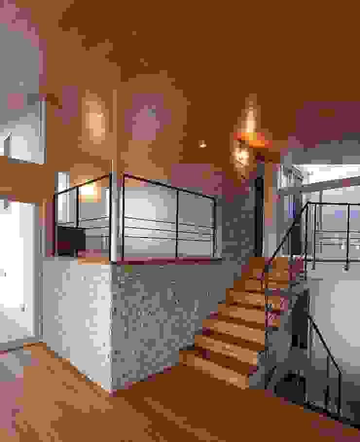 Pasillos, vestíbulos y escaleras modernos de 平林繁・環境建築研究所 Moderno