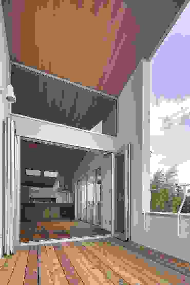 Balcones y terrazas modernos de 平林繁・環境建築研究所 Moderno