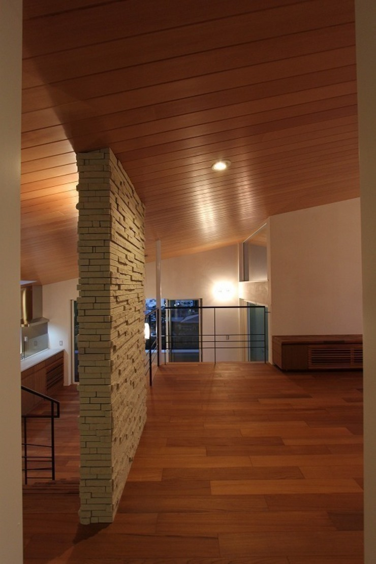 Paredes y pisos de estilo moderno de 平林繁・環境建築研究所 Moderno