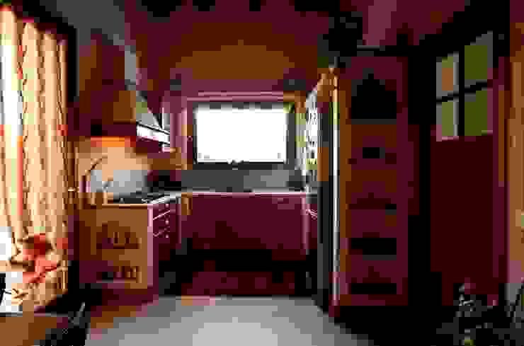 Cucina in Bambù tinto rosa Cucina in stile classico di Effegieffe s.n.c. Classico