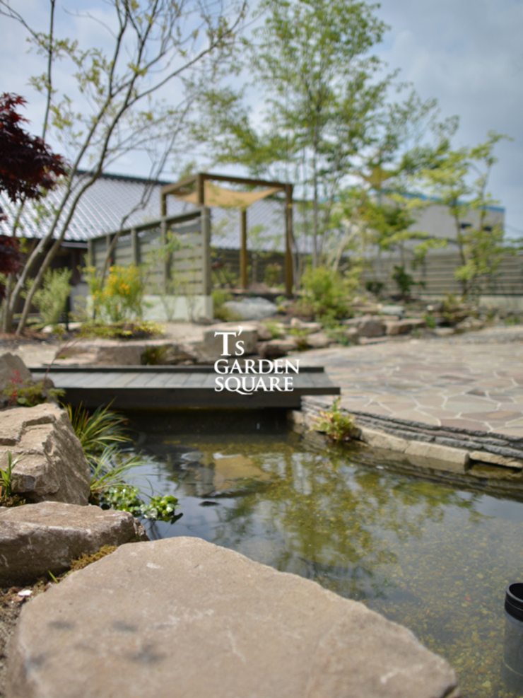 池とせせらぎのある暮らし|へーベルハウス雑木の庭の作り方: T's Garden Square Co.,Ltd.が手掛けたアジア人です。,和風