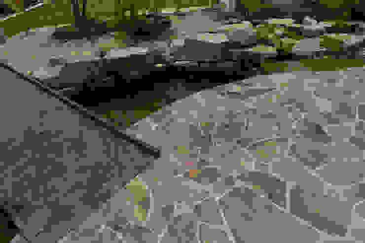 池とせせらぎのある暮らし|へーベルハウス雑木の庭の作り方: T's Garden Square Co.,Ltd.が手掛けたスカンジナビアです。,北欧
