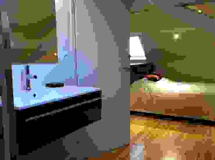 Salle de bain ouverture sur la chambre d'amis Salle de bain moderne par Agence C+design - Claire Bausmayer Moderne
