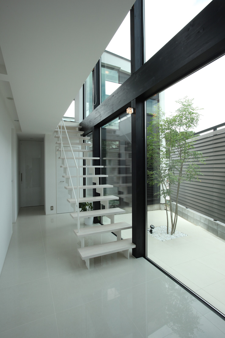 白い階段+ プライベートヤード モダンスタイルの 玄関&廊下&階段 の TERAJIMA ARCHITECTS モダン