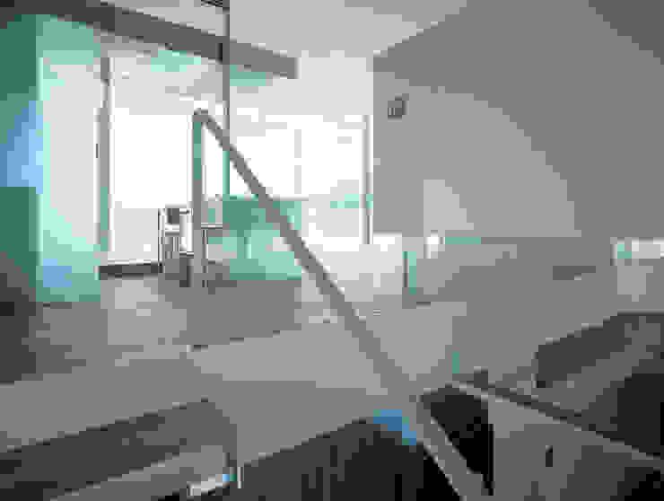 Nowoczesny korytarz, przedpokój i schody od アトリエ環 建築設計事務所 Nowoczesny