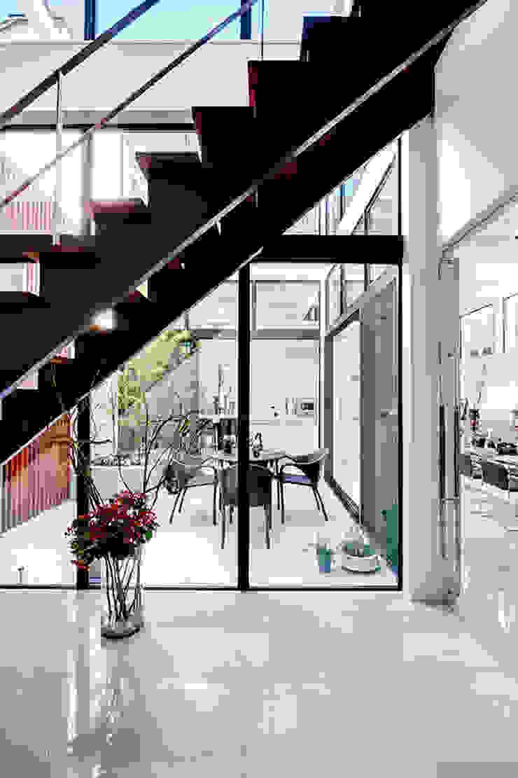 玄関からテラス、ダイニングキッチンをのぞむ モダンスタイルの 玄関&廊下&階段 の TERAJIMA ARCHITECTS モダン
