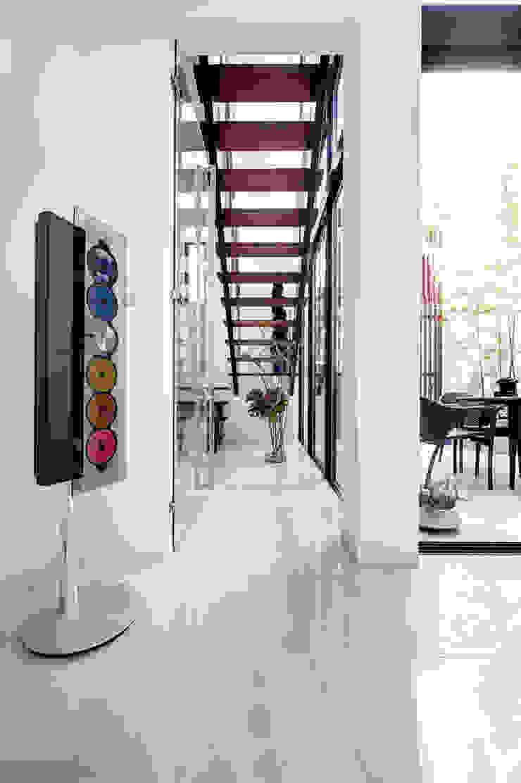 光をもたらす階段 モダンスタイルの 玄関&廊下&階段 の TERAJIMA ARCHITECTS モダン