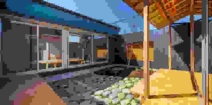 Jardines de estilo ecléctico de 梶浦博昭環境建築設計事務所 Ecléctico