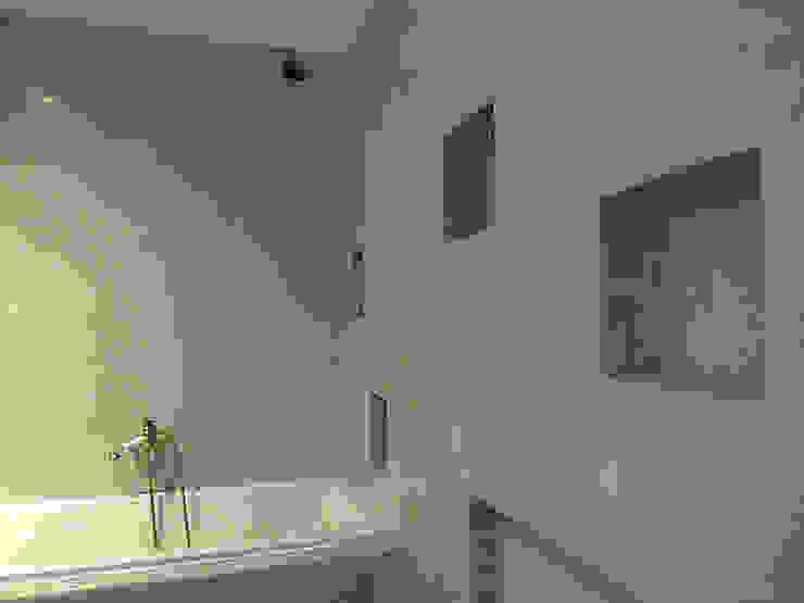 Zrobiona <q>na szaro</q> -tadelakt w łazience Eklektyczna łazienka od ZIZI STUDIO Magdalena Latos Eklektyczny