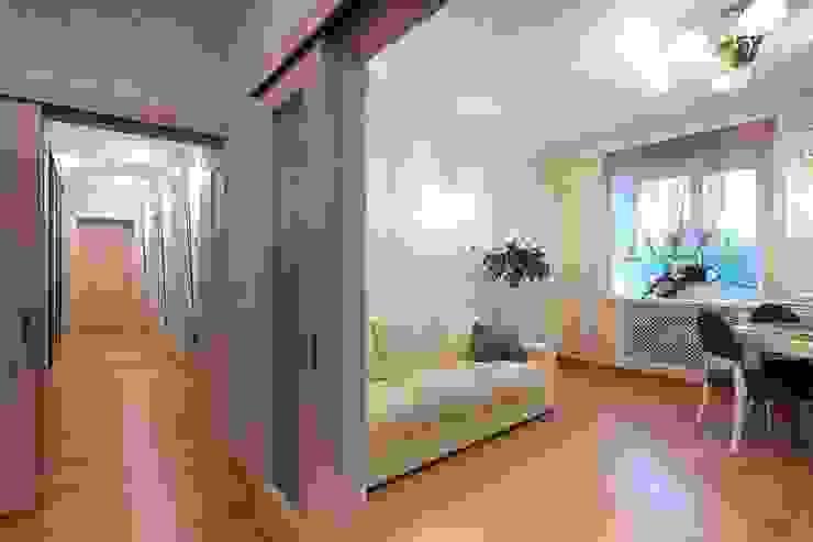 Вид на гостиную из холла.:  в современный. Автор – Студия дизайна Ирины Комиссаровой, Модерн