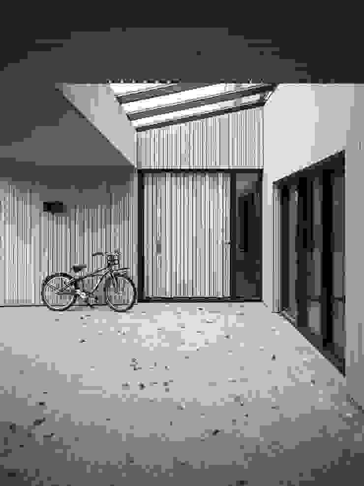 Verbouwde jaren zestig villa aan de Westeinderplassen Moderne balkons, veranda's en terrassen van ENZO architectuur & interieur Modern Hout Hout