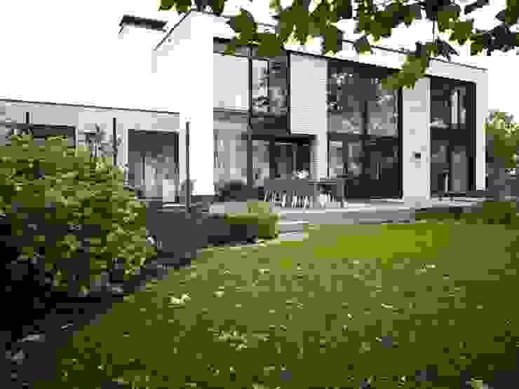 Verbouwde jaren zestig villa aan de Westeinderplassen Moderne huizen van ENZO architectuur & interieur Modern