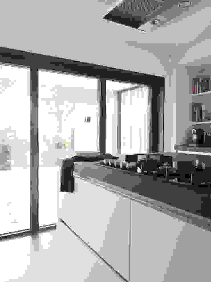 Verbouwde jaren zestig villa aan de Westeinderplassen Moderne keukens van ENZO architectuur & interieur Modern