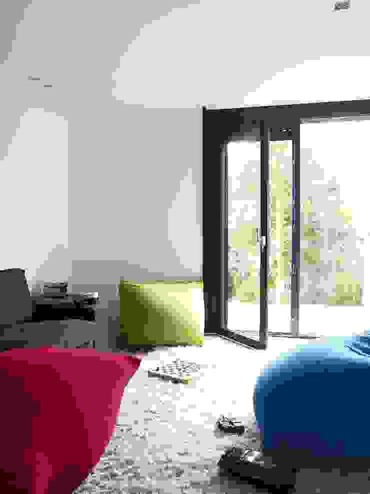 Verbouwde jaren zestig villa aan de Westeinderplassen Moderne woonkamers van ENZO architectuur & interieur Modern