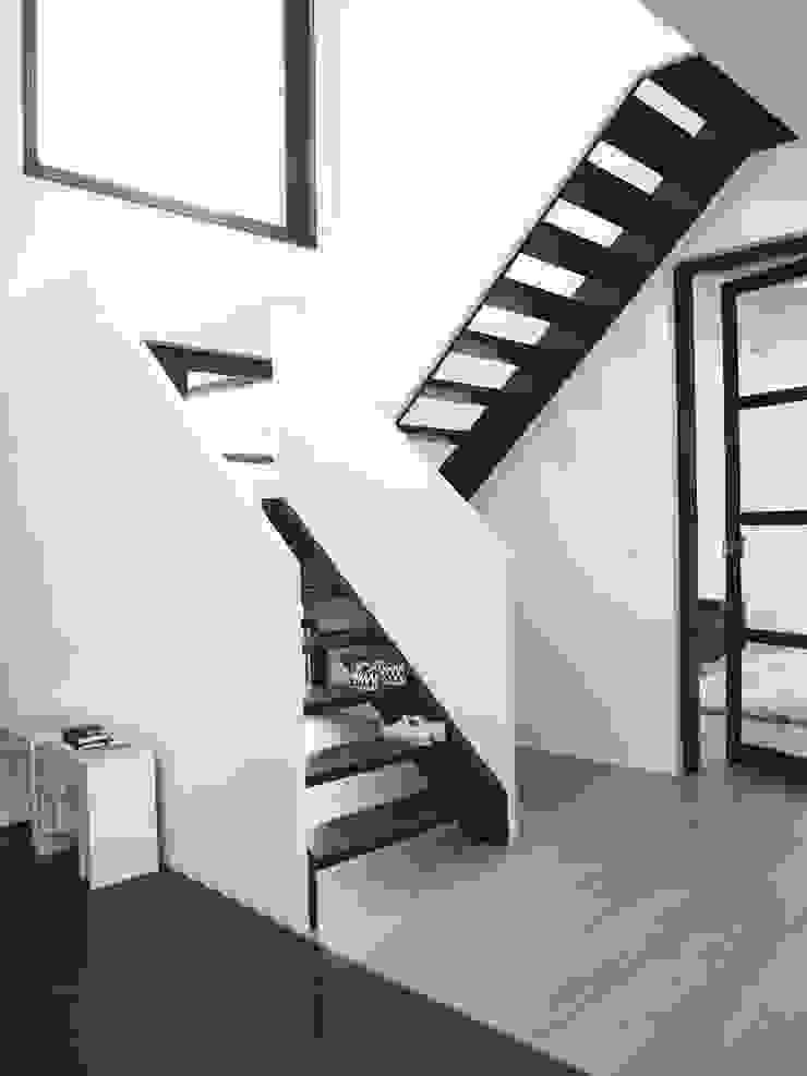 Verbouwde jaren zestig villa aan de Westeinderplassen Moderne gangen, hallen & trappenhuizen van ENZO architectuur & interieur Modern