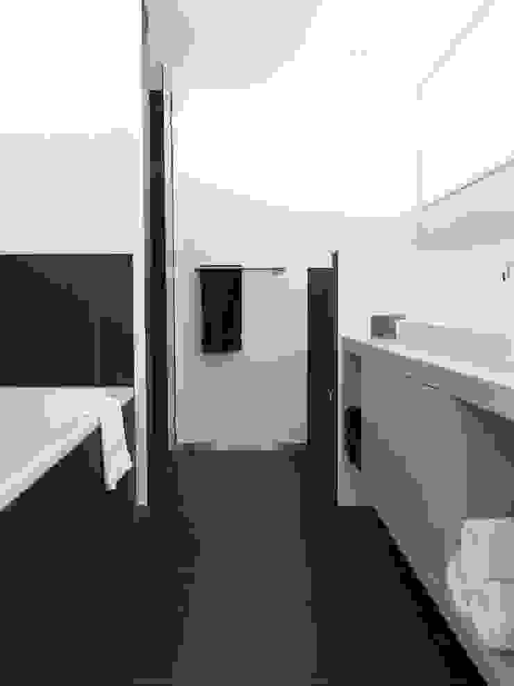 Verbouwde jaren zestig villa aan de Westeinderplassen Moderne badkamers van ENZO architectuur & interieur Modern