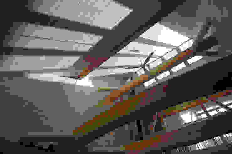 建物の中央の明るいリビング カントリーデザインの リビング の 一級建築士事務所 ヒモトタクアトリエ カントリー