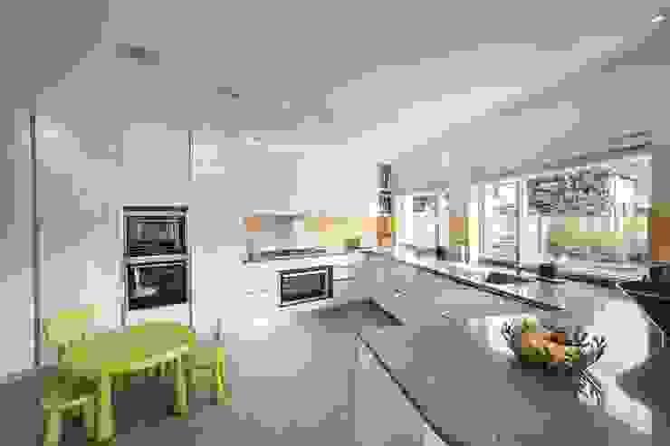 Abbots Gardens, N2 Modern kitchen by XUL Architecture Modern