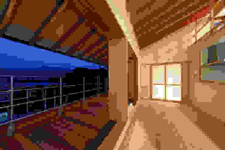 リビング・デッキテラス モダンデザインの テラス の 建築工房 at ease モダン