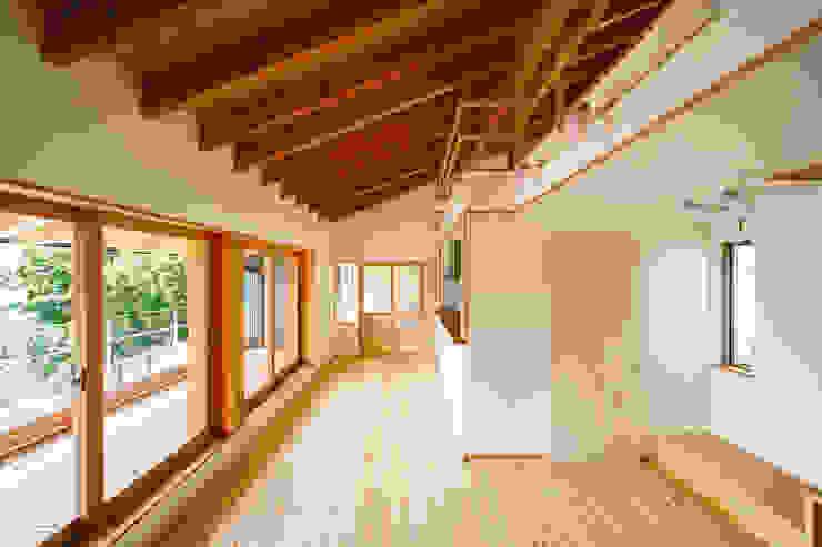 リビング モダンデザインの リビング の 建築工房 at ease モダン