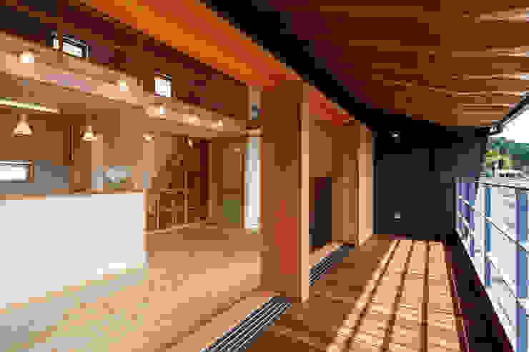 デッキテラスよりLDK空間 モダンデザインの テラス の 建築工房 at ease モダン